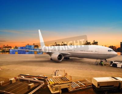 Fotomural frete aéreo e avião de carga de mercadorias de carga comerciais no recipiente aeroporto de utilização estacionamento para a indústria logística do transporte e do transporte aéreo