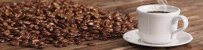 Fotomural Frische Tasse Kaffee mit Kaffeebohnen vielen