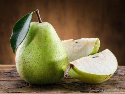 Fotomural Fruta da pera com a folha no fundo de madeira.