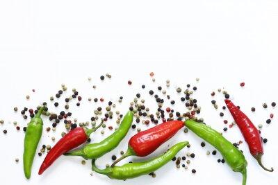 Fotomural Fundo de alimentos, pimentão vermelho e verde no fundo branco
