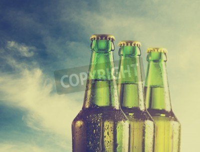 Fotomural Garrafas de cerveja na praia. Filtro retro.