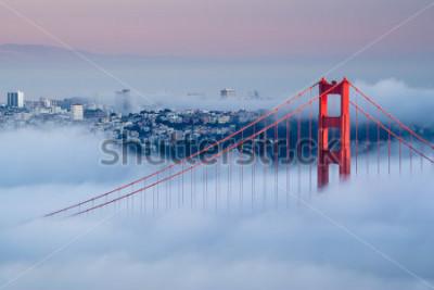 Fotomural Golden Gate ao amanhecer cercado por nevoeiro
