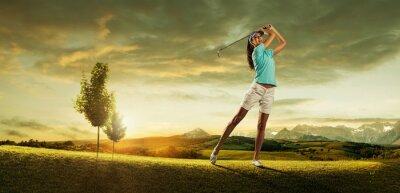 Fotomural Golfista mulher bater a bola no cenário lindo