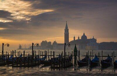 Fotomural Gôndola por Praça de São Marcos durante o nascer do sol com San Giorgio Maggiore di igreja no fundo em Veneza