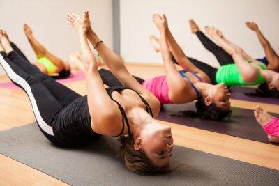 Fotomural Grupo de mulheres durante a aula de yoga