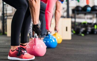 Fotomural Gruppe beim funcional Fitness Training com Kettlebell im Sport Studio