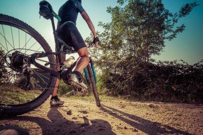 Fotomural Homem andando em uma estrada de terra em uma mountain bike