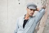 Homem bonito vestido com uma calça jeans camisa azul ba395cf7e65