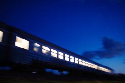 Fotomural Iluminado trem viajando passado à noite