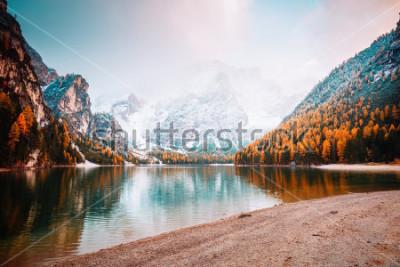 Fotomural Imagem cénico do lago alpino Braies (Pragser Wildsee). Lugar Fanes-Sennes-Braies do parque nacional de Dolomiti do lugar, Itália, Europa. Ótima foto de selvagem. Explore a beleza da terra. Conceito de