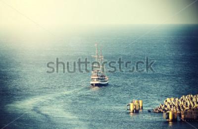 Fotomural Imagem do vintage do navio de navegação velho que sae do porto.