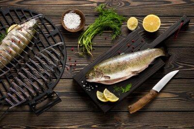 Fotomural Inteiros frescos peixes truta preparados para grelhar vista de cima