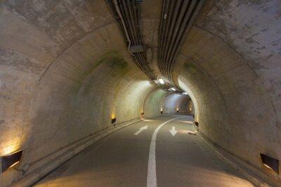 Fotomural Interior de um túnel urbano na montanha sem tráfego ..