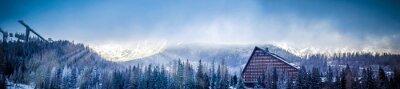 Fotomural Inverno panorâmico panorama vista de montanha com Um hotel e esqui salto plataforma