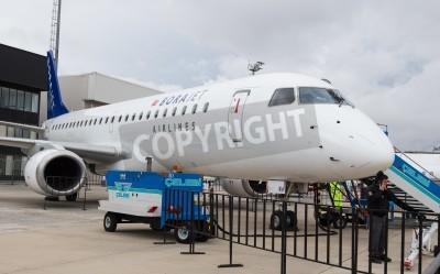 Fotomural ISTAMBUL, TURQUIA - 27 de setembro de 2014: Borajet Embraer E190 em Istambul Airshow que detinha no Aeroporto Ataturk