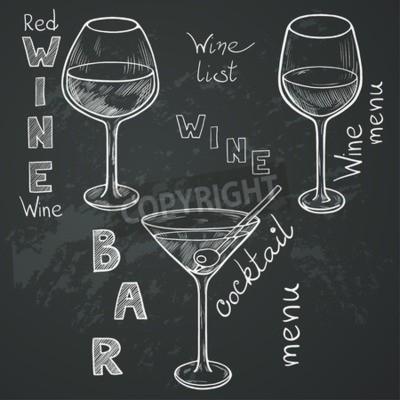 Fotomural Jogo de vidros esboçados para o vinho vermelho, o vinho branco, o martini eo cocktail no fundo do quadro. Entregue letras escritas no estilo do vintage tirado com giz no quadro-negro.