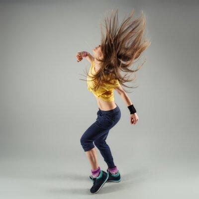 Fotomural Jovem energético aptidão zumba mulher do dançarino em movimento na sala de aula
