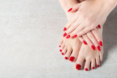 Fotomural Jovem está mostrando as unhas de manicure vermelho
