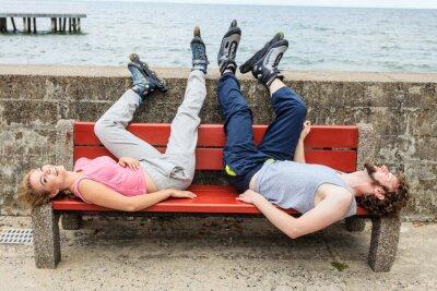 Fotomural Jovens amigos relaxando no banco.