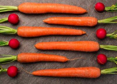 Fotomural Karotten und Radieschen een Granitplatte arrangiert, Draufsicht