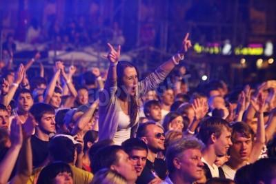Fotomural KYIV, UCRÂNIA - 30 DE JUNHO DE 2012: as pessoas dançam durante a rainha executam no palco no concerto de caridade anti-AIDS na Praça da Independência em 30 de junho de 2012 em Kiev, Ucrânia