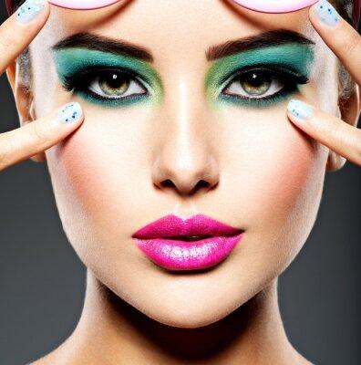 Fotomural Lindo rosto de uma mulher com maquiagem verde vívida dos olhos