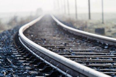 Fotomural Linha ferroviária pista simples na névoa da manhã
