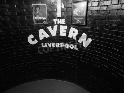 Fotomural LIVERPOOL, Reino Unido - CIRCA JUNHO 2016: A boate do clube da caverna na rua Mathew 10 onde os Beatles jogaram no preto e no branco