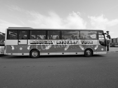 Fotomural LIVERPOOL, Reino Unido - CIRCA JUNHO 2016: The Beatles Mágico Mystery Tour ônibus em preto e branco