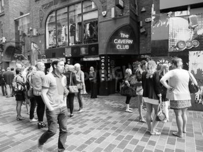 Fotomural LIVERPOOL, UK - CIRCA JUNHO DE 2016: a discoteca do Cavern Club em 10 Mathew Street, onde os Beatles tocaram em preto e branco