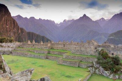 Fotomural Machu Picchu, Cusco, Peru na névoa do amanhecer, encontrados nas encostas íngremes das montanhas dos Andes.