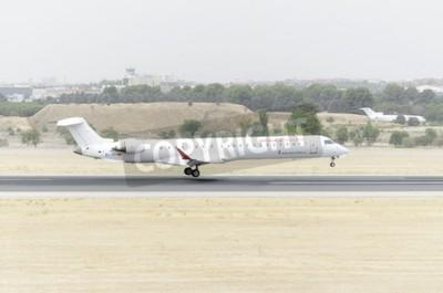 Fotomural MADRID, ESPANHA - 08 de agosto de 2015: Aviões Canadair CRJ--Bombardier 900 a, da companhia aérea -Air Nostrum-, está aterrando em aeroporto de Madrid-Barajas -Adolfo Suarez-, em 8 de agosto de 2015.