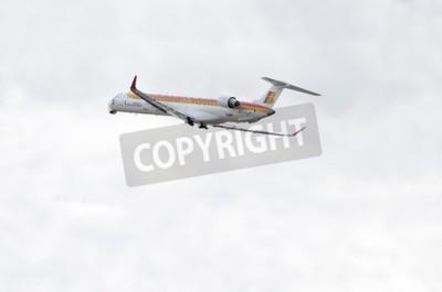 Fotomural MADRID, ESPANHA - 14 de junho de 2015: Aeronave -Bombardier Canadair CRJ-1000-, de -Air Nostrum-companhia aérea, está decolando de Madrid-Barajas-Adolfo Suarez-aeroporto, em 14 de junho de 2015.