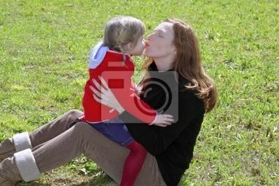 7167e14a3757c Mãe e filha se beijando os lábios no prado fotomural • fotomurais ...