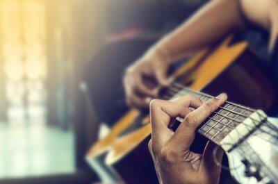 Fotomural mão do homem na guitarra clássica