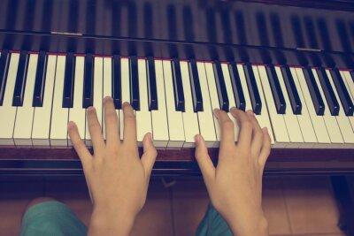 Fotomural Mãos da menina no teclado do piano: Filtro Vintage