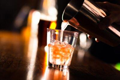 Fotomural Mãos de um bartender derramar uma bebida em um copo
