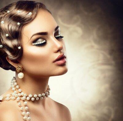 Fotomural Maquiagem de estilo retro com pérolas. Retrato da mulher nova bonita