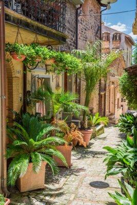 Fotomural Maravilhosa rua decorada em pequena cidade na Itália, Umbria