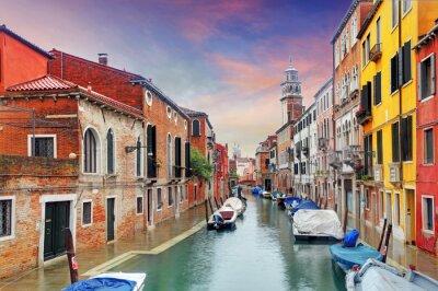 Fotomural Marco de Veneza, canal, casas coloridas e barcos, Itália