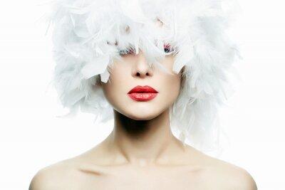 Fotomural Menina bonita no chapéu das penas brancas. Maquiagem