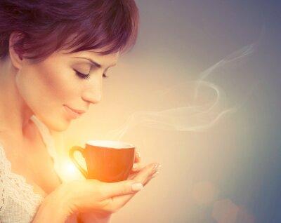 Fotomural Menina bonita que aprecia café. Mulher com copo de bebida quente