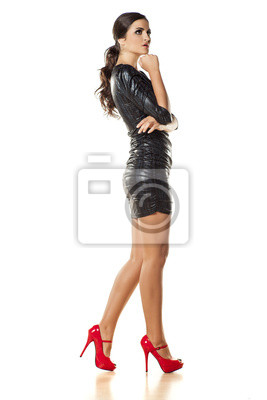 5d1866064 Fotomural Menina bonita que levanta no vestido apertado e salto alto  vermelho