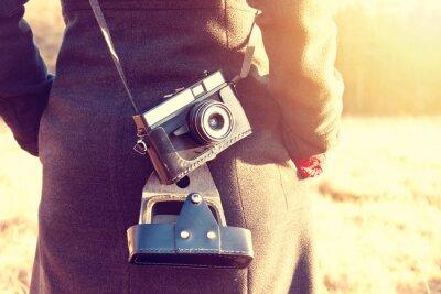 Fotomural Menina com a câmera retro do vintage.