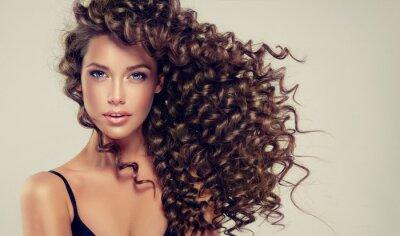 Fotomural Menina morena com cabelos longos e brilhantes. Modelo bonito com penteado ondulado.