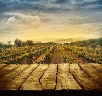 Fotomural Mesa de madeira. Projeto da mola com vinhedo e exposição vazia. Espaço para sua montagem. Outono, uvas, colheita