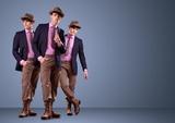 Modelo masculino novo atrativo que levanta no estúdio - espaço da cópia dafe7bb834f