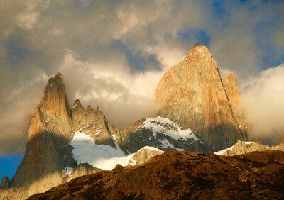 Fotomural Montanha de Fitz Roy nas luzes do nascer do sol. Los Glaciares National Par