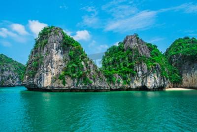 Fotomural Montanha ilha e praia solitária na Baía de Halong, Vietnã, Sudeste Asiático