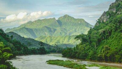 Fotomural Montanhas Floresta húmida paisagem do rio em Laos do Norte